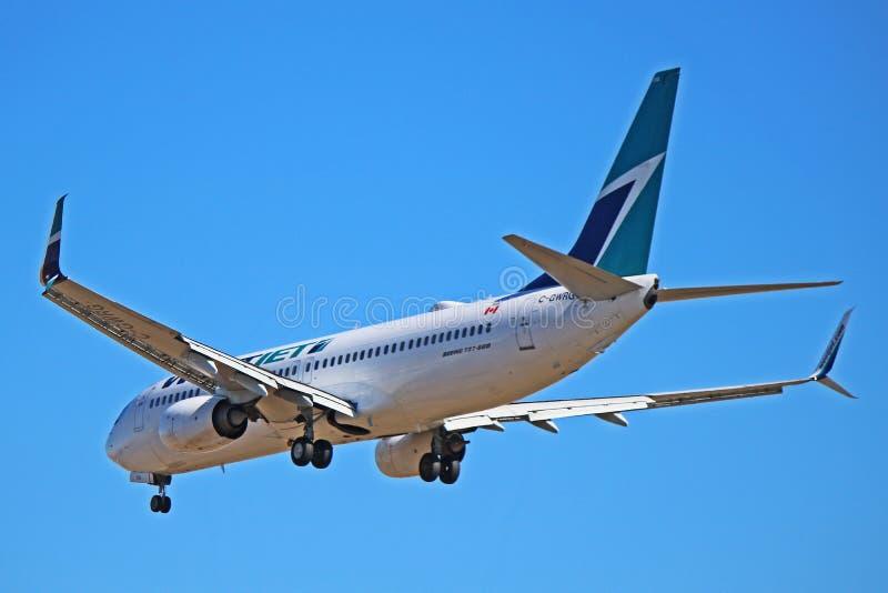 Het Achterweergeven van Boeing 737-800 van WestJetluchtvaartlijnen stock foto's