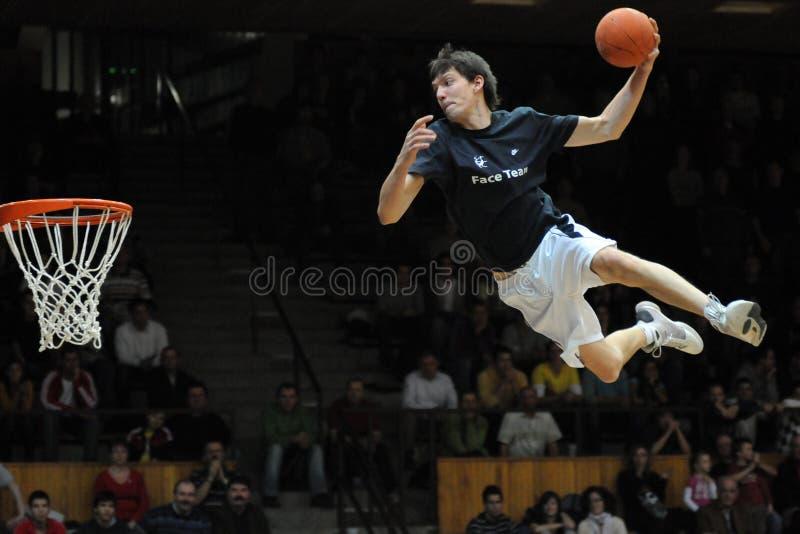 Het acrobatische basketbal toont