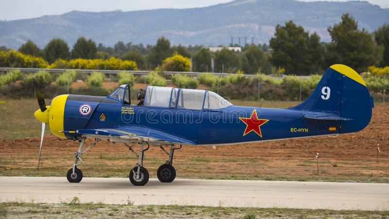 Het acrobatische Kampioenschap 2018, Requena junio 2018, proefjavier amor, vliegtuig Jak 52 van Valencia, Spanje van Spanje stock foto's