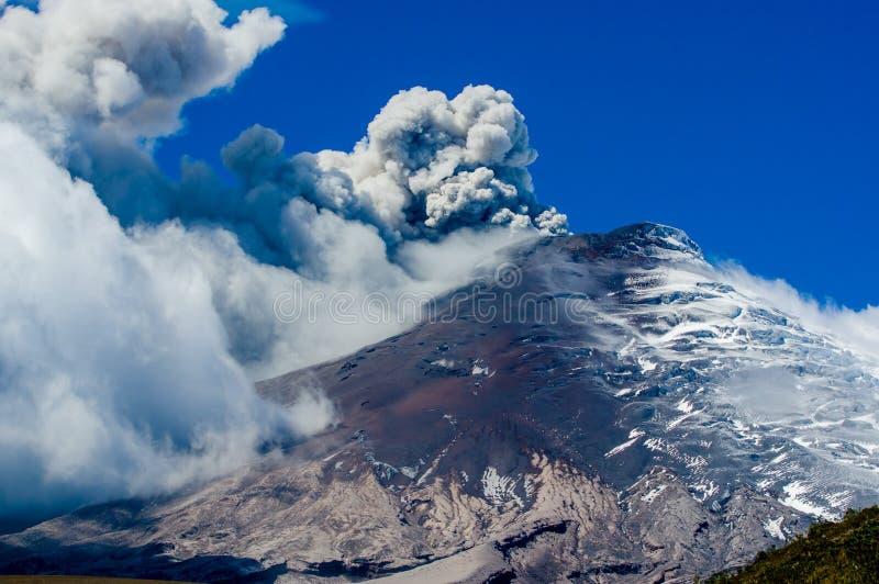 Het actieve Cotopaxi-vulkaan losbarsten royalty-vrije stock afbeeldingen