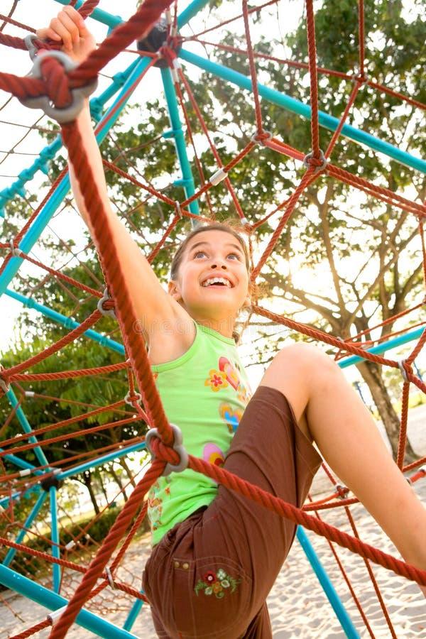 Het actieve jonge meisje beklimmen stock fotografie