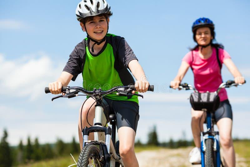 Het actieve mensen biking stock afbeeldingen
