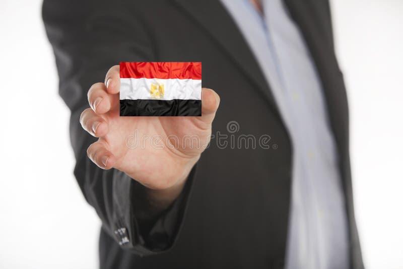 Het adreskaartje van de zakenmanholding met de vlag van Egypte stock fotografie