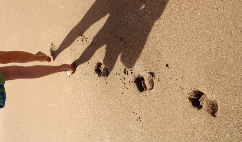 Het af:drukken van de voet in het zand stock fotografie