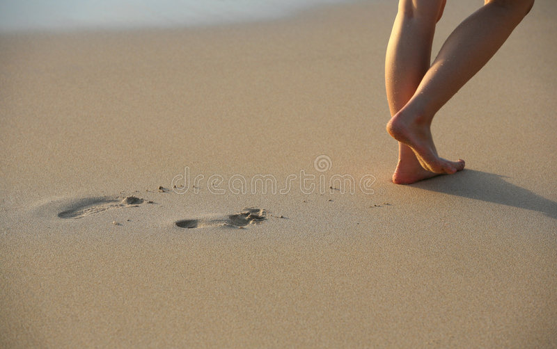 Het Af:drukken van de voet op Strand stock afbeelding