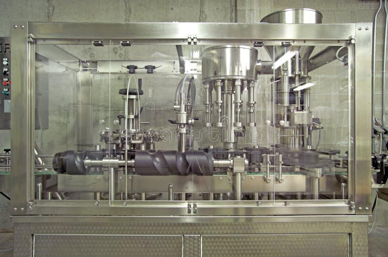 Download Het Afdekken Van De Bottelaar Van De Wijnmakerij Machine Stock Foto - Afbeelding bestaande uit vervaardiging, machines: 285920