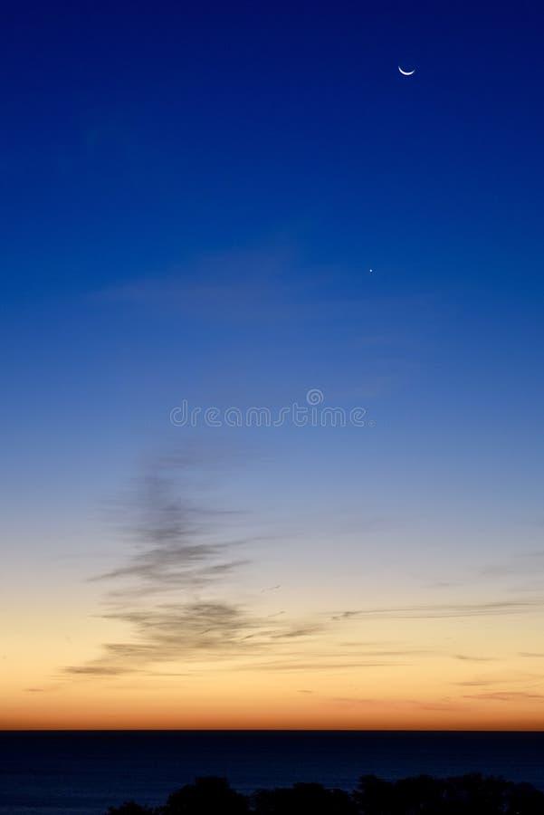 Het afnemen Crescent Moon, Venus, en Dawn royalty-vrije stock afbeeldingen