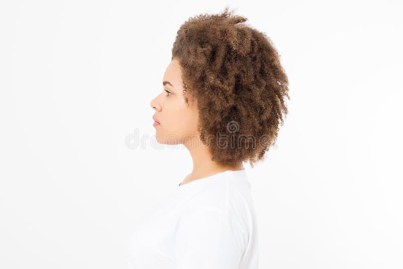 Het Afrikaanse Amerikaanse die profiel van het vrouwengezicht op witte achtergrond wordt geïsoleerd De ruimte van het exemplaar K stock afbeelding