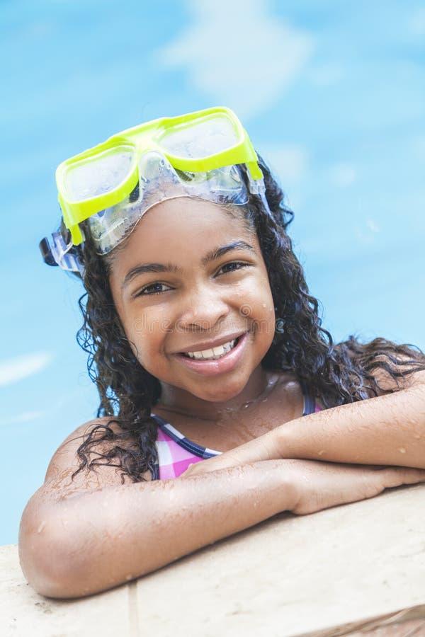 Het Afrikaanse Amerikaanse Kind van het Meisje in Zwembad stock afbeelding
