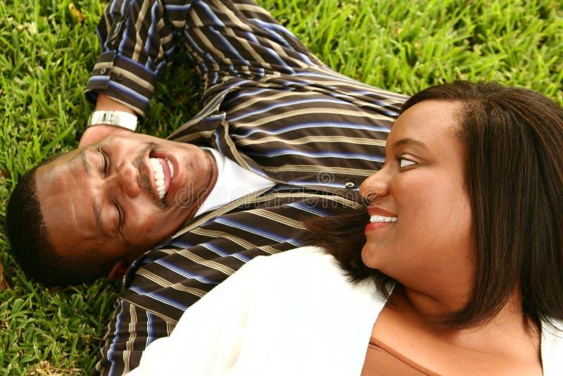 Het Afrikaanse Amerikaanse Leggen van het Paar royalty-vrije stock afbeelding