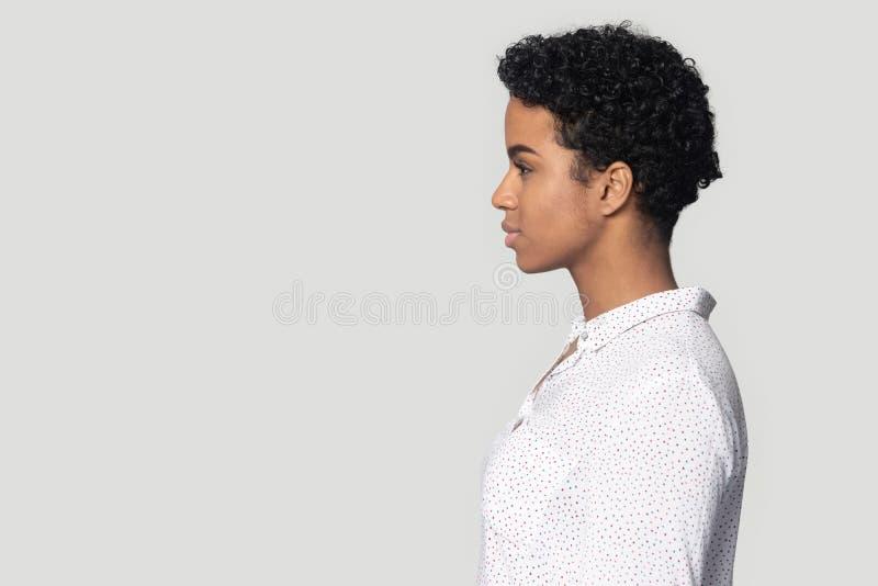 Het Afrikaanse Amerikaanse meisje in profiel bekijkt exemplaarruimte stock afbeeldingen