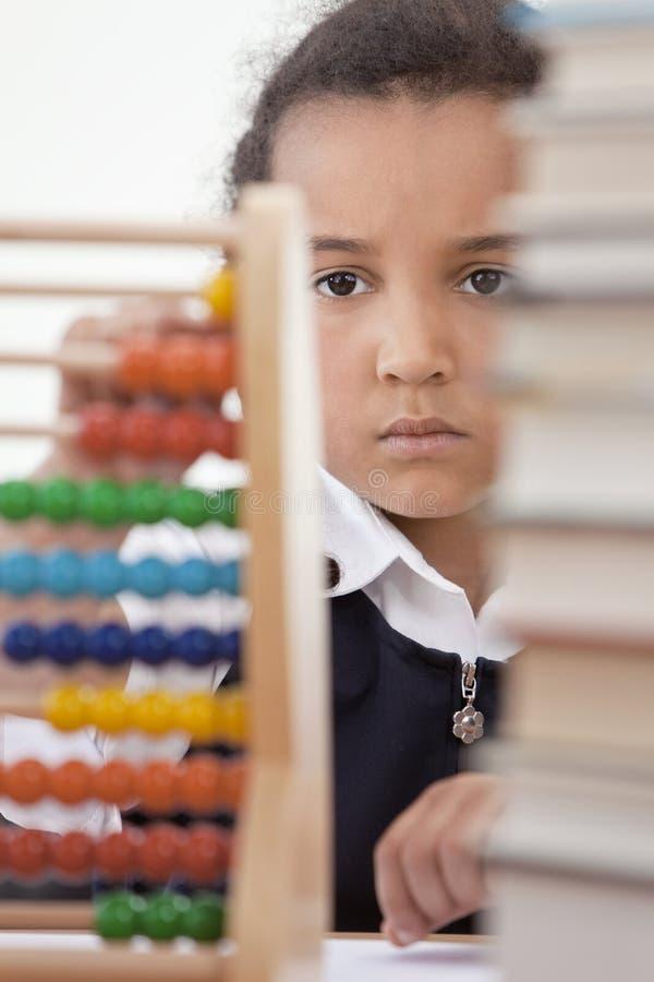 Het Afrikaanse Amerikaanse Meisje van de School in Klasse die Telraam met behulp van stock foto