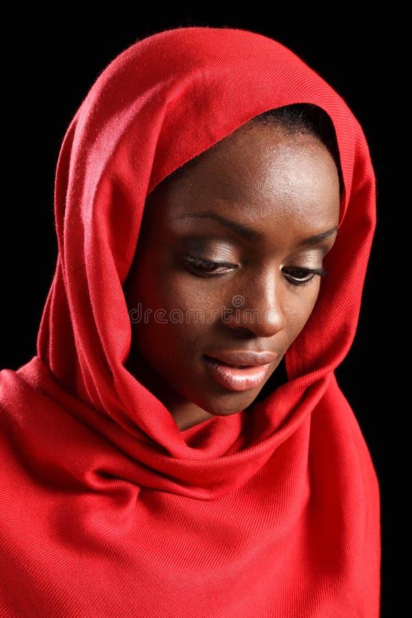 Het Afrikaanse Amerikaanse moslimmeisje in hijab kijkt neer stock afbeeldingen