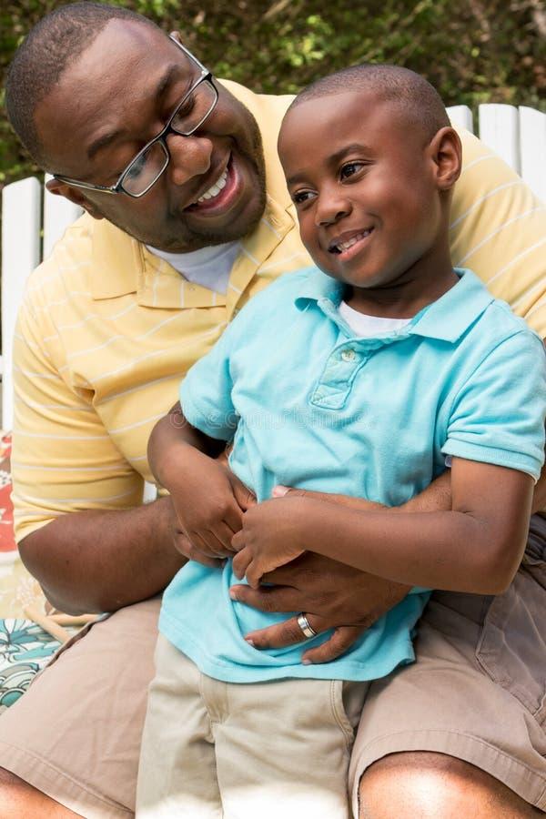 Het Afrikaanse Amerikaanse vader en zoons spreken royalty-vrije stock afbeeldingen