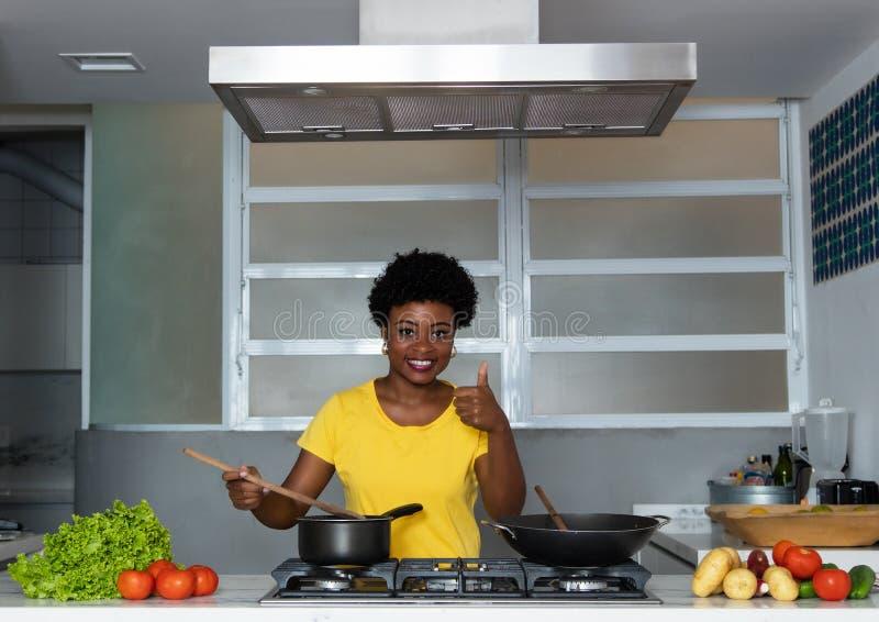 Het Afrikaanse Amerikaanse vrouw koken bij keuken royalty-vrije stock fotografie