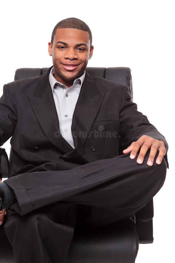Het Afrikaanse Amerikaanse zakenman ontspannen als voorzitter stock afbeelding