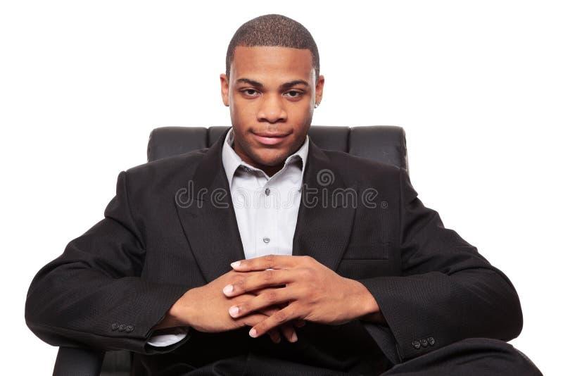 Het Afrikaanse Amerikaanse zakenman ontspannen als voorzitter stock afbeeldingen