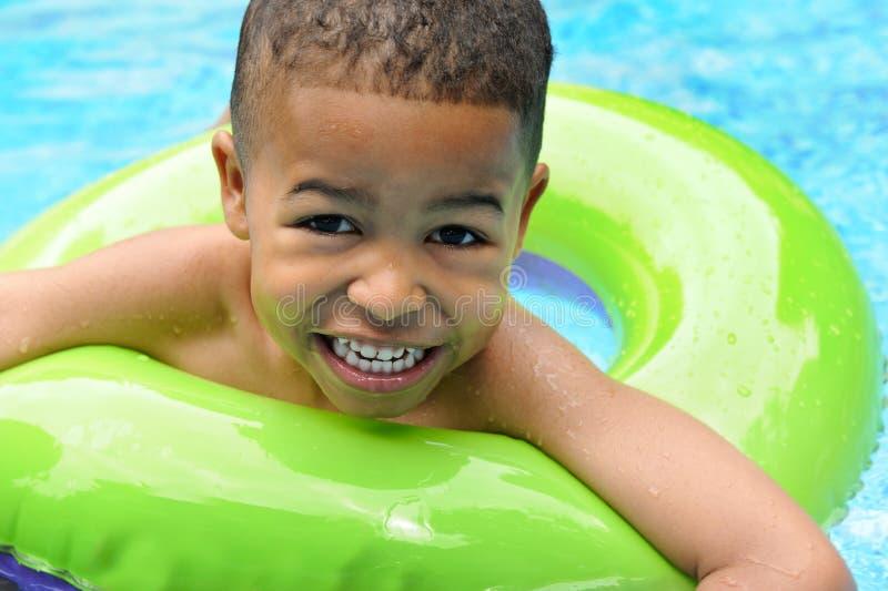 Het Afrikaanse Amerikaanse Zwemmen van het Kind stock afbeelding
