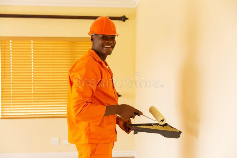 Het Afrikaanse contractant schilderen stock foto's