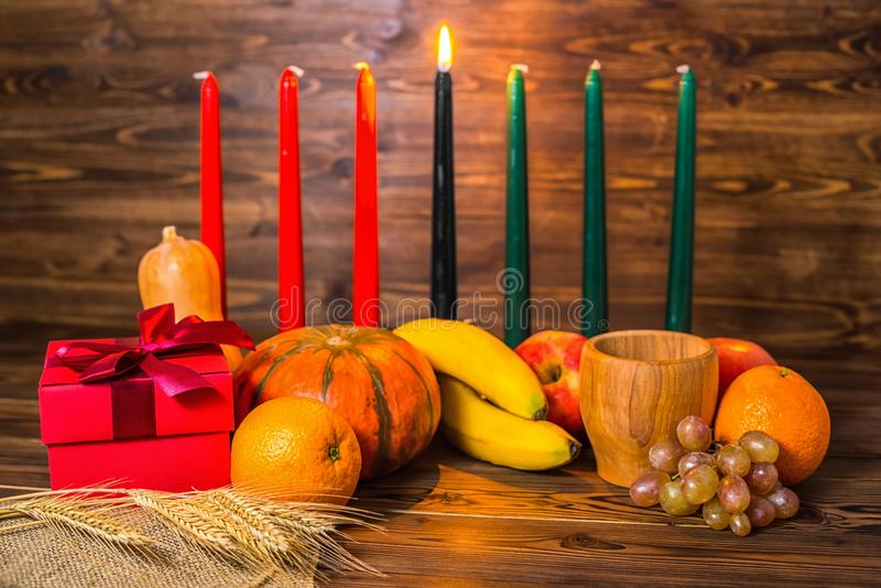 Het Afrikaanse feestelijke concept van Kwanzaa met decoratief kaarsenrood, bla stock foto's