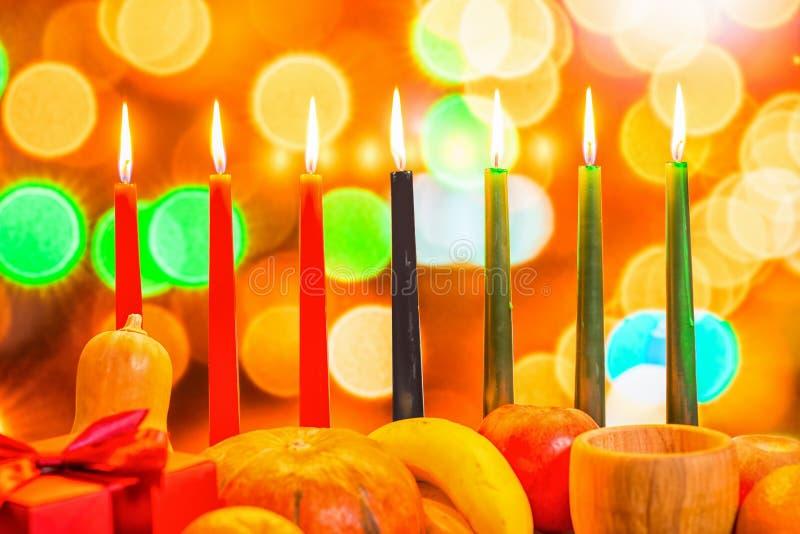 Het Afrikaanse feestelijke concept van Kwanzaa met verfraait zeven kaarsenrood, royalty-vrije stock foto