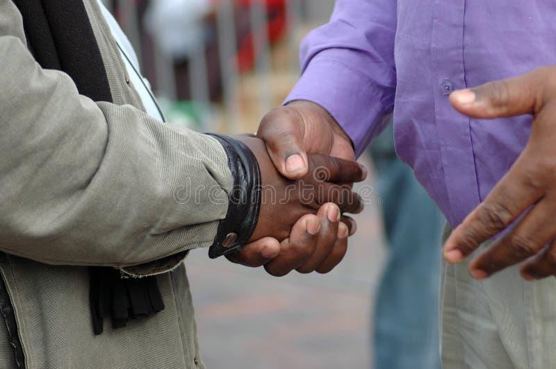 Het Afrikaanse handen schudden stock foto