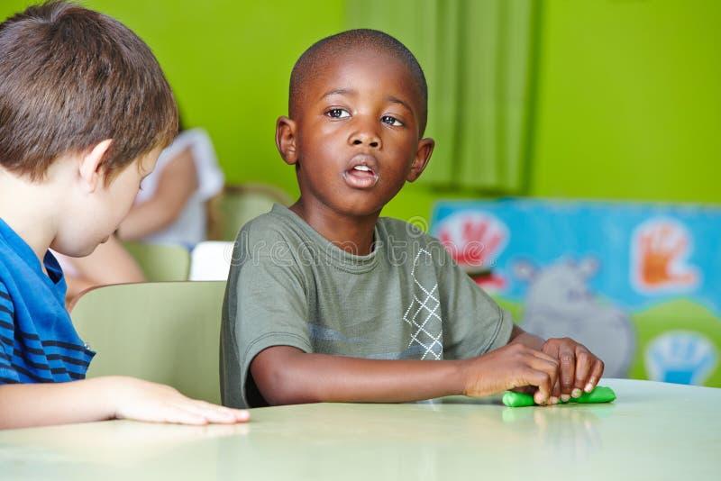 Het Afrikaanse jongen spelen met deeg royalty-vrije stock afbeelding