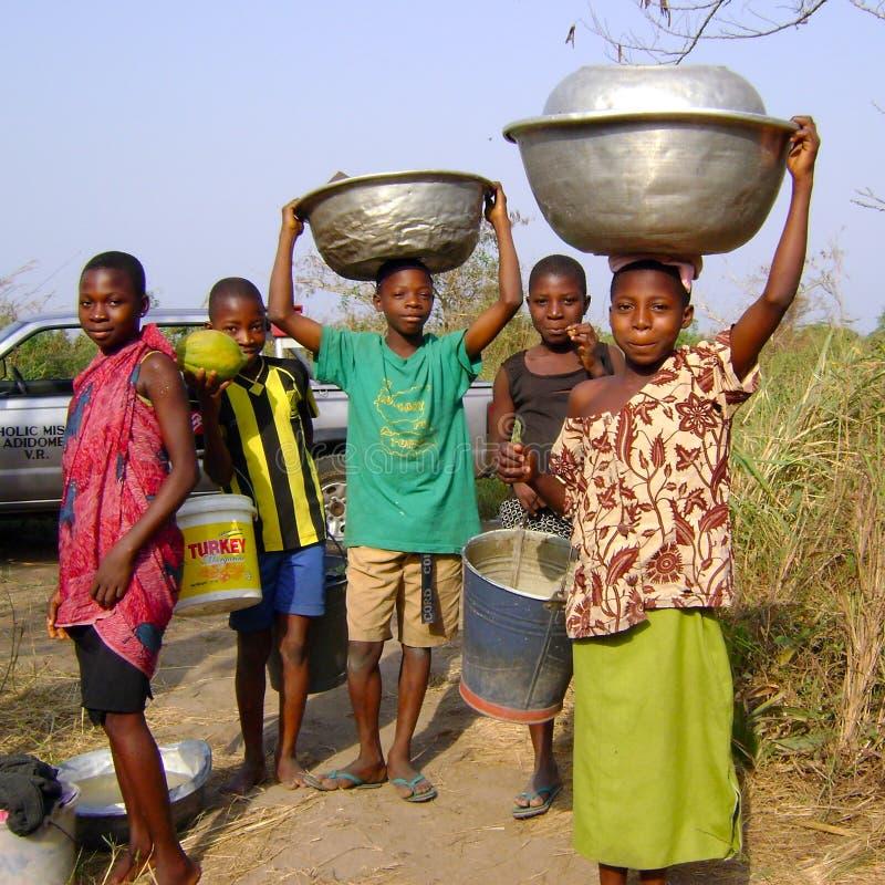 Het Afrikaanse kinderen werken stock foto's