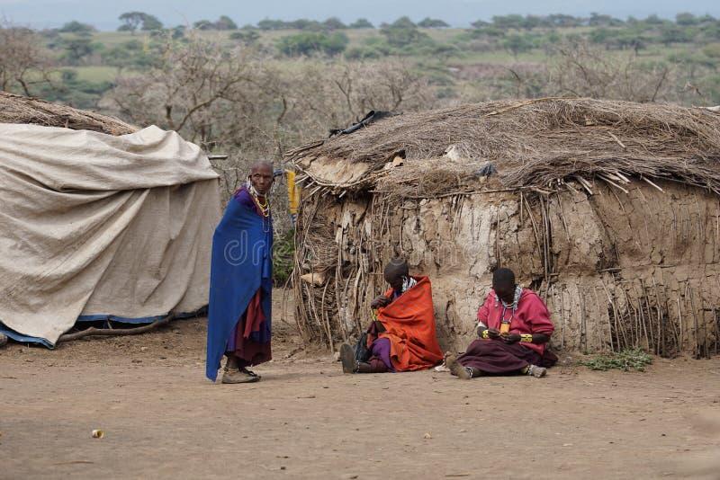 Het Afrikaanse leven van masaimensen stock foto