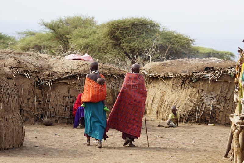 Het Afrikaanse leven van masaimensen stock afbeelding
