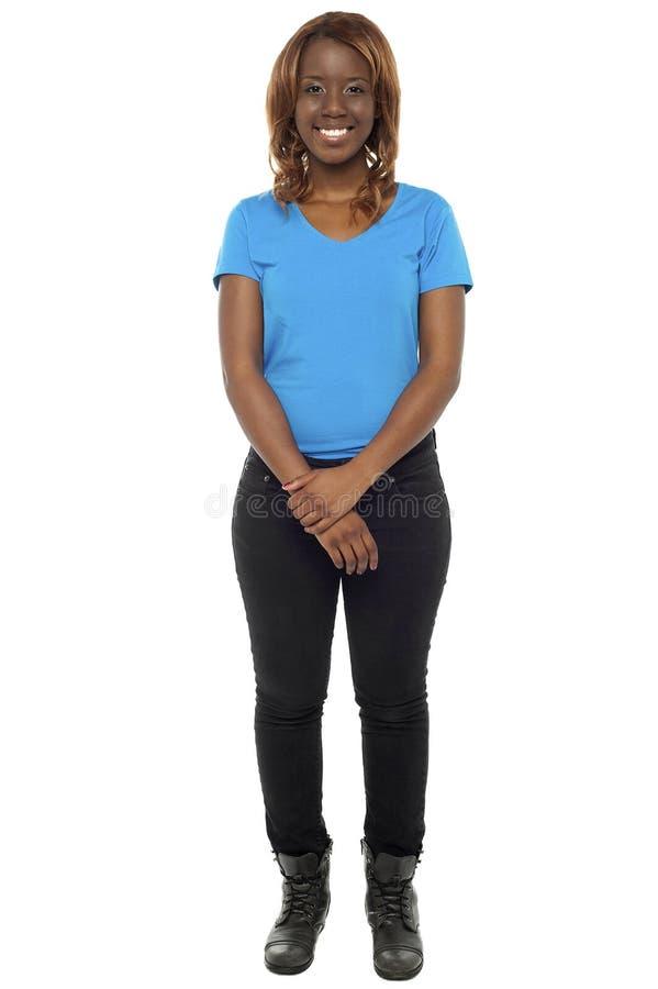 Het Afrikaanse meisje stellen in casuals en het dragen van laarzen royalty-vrije stock foto's