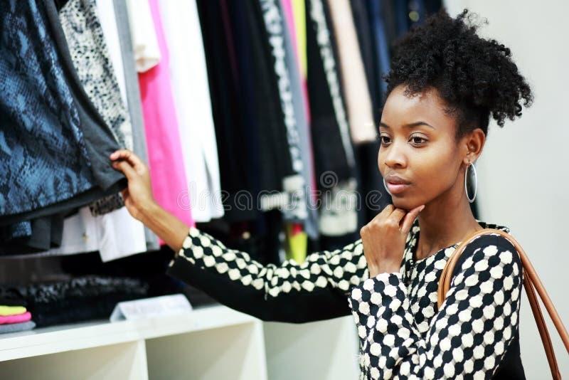 Het Afrikaanse meisje winkelen stock foto's