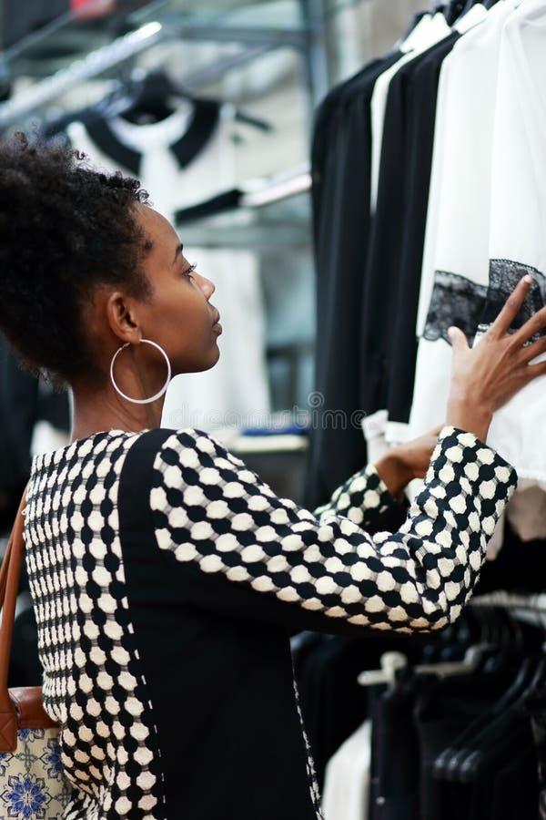 Het Afrikaanse meisje winkelen royalty-vrije stock foto