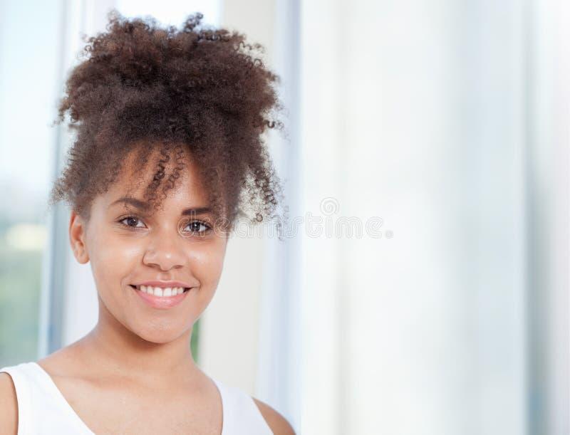 Het Afrikaanse portret van de meisjestiener van close-upgezicht stock foto