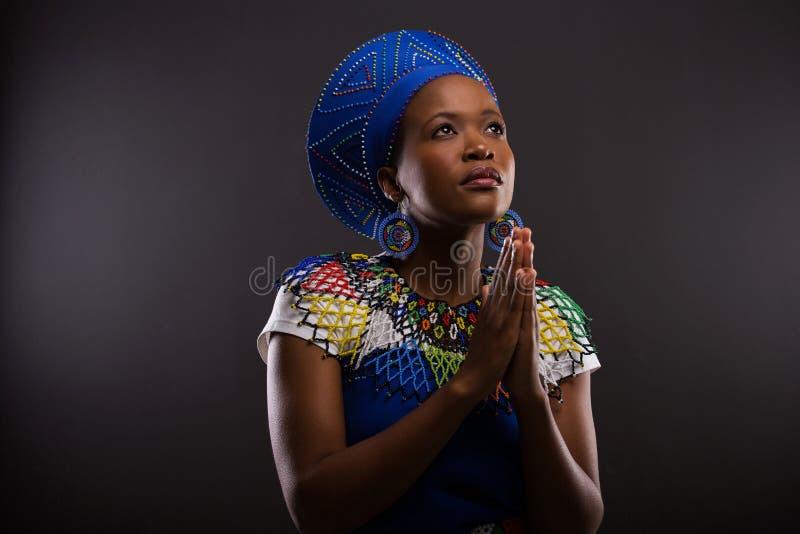 Het Afrikaanse vrouw bidden royalty-vrije stock fotografie