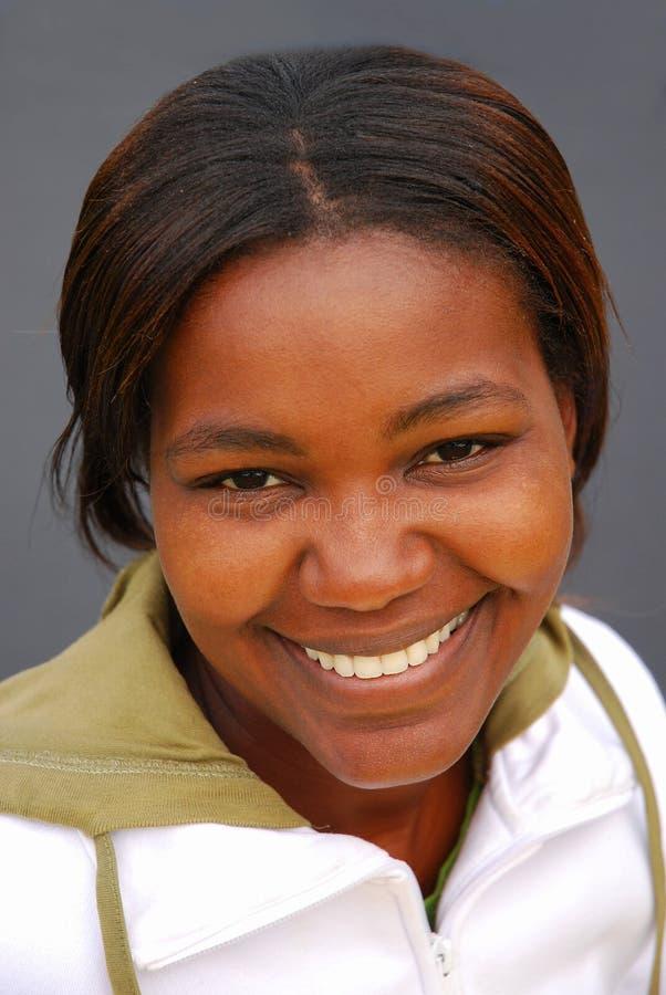 Het Afrikaanse vrouw glimlachen stock afbeeldingen