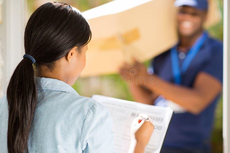 Het Afrikaanse vrouw ondertekenen royalty-vrije stock fotografie