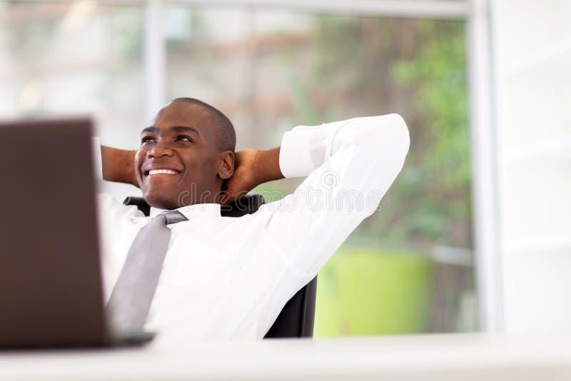 Het Afrikaanse zakenman ontspannen royalty-vrije stock foto