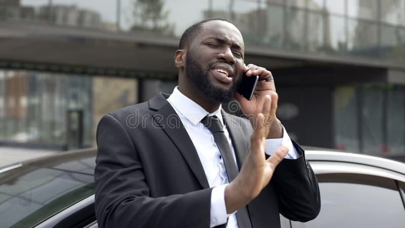 Het Afro-Amerikaanse diplomaat onderhandelen telefonisch, verdedigend zijn belangen en advies royalty-vrije stock afbeelding