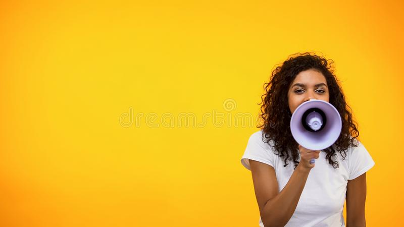 Het Afro-Amerikaanse vrouwelijke schreeuwen in megafoon, public relations, sociaal advies royalty-vrije stock foto