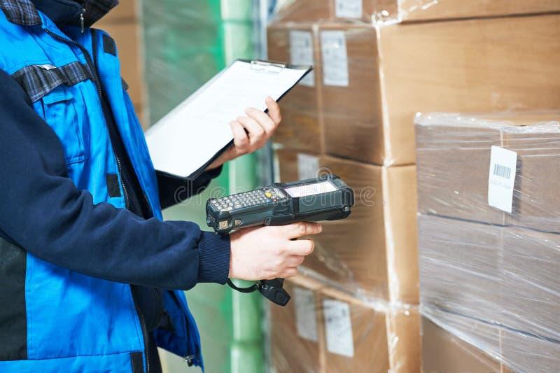 Het aftastenpakket van de arbeidersmens in pakhuis stock afbeeldingen