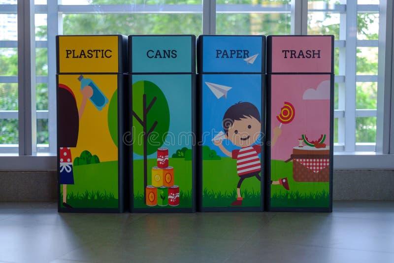 Het afval is verfraaid met mooie beeldverhaalmotieven stock foto