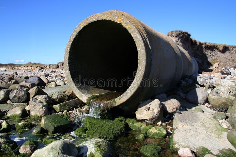 Het afvalpijp van de riolering stock foto