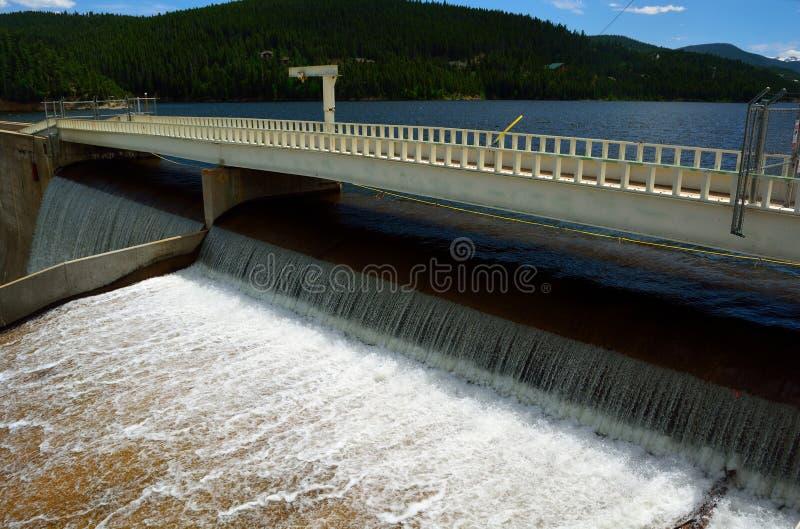 Het Afvoerkanaal van de reservoirdam met Water het Gieten over de Bovenkant in Mo royalty-vrije stock afbeelding