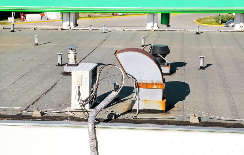Het airconditioningssysteem bovenop een gebouw/Luchtopeningen wordt geassembleerd bovenop de commerciële bouw/Lucht koelde de bov stock afbeelding