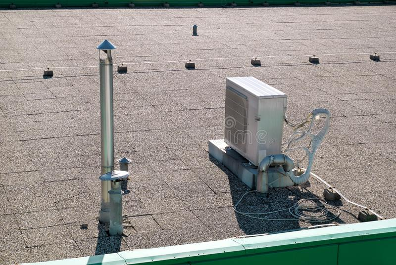 Het airconditioningssysteem bovenop een gebouw/Luchtopeningen wordt geassembleerd bovenop de commerciële bouw/Lucht koelde de bov stock foto's