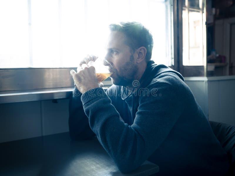 Het alcoholische gedeprimeerde mens drinken in een bar die droevige hopeloze a voelen royalty-vrije stock fotografie