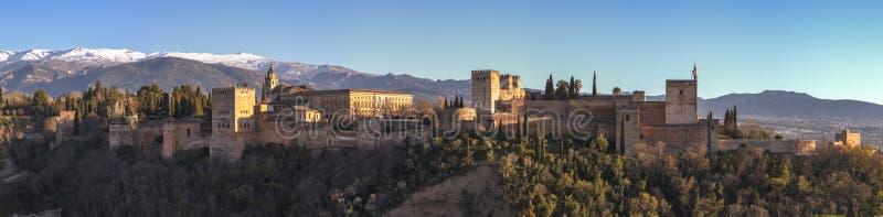 het Alhambra- en Charles V-paleis met het Nationaal Park van Sierra Nevada op de achtergrond, in de stad Granada, royalty-vrije stock foto