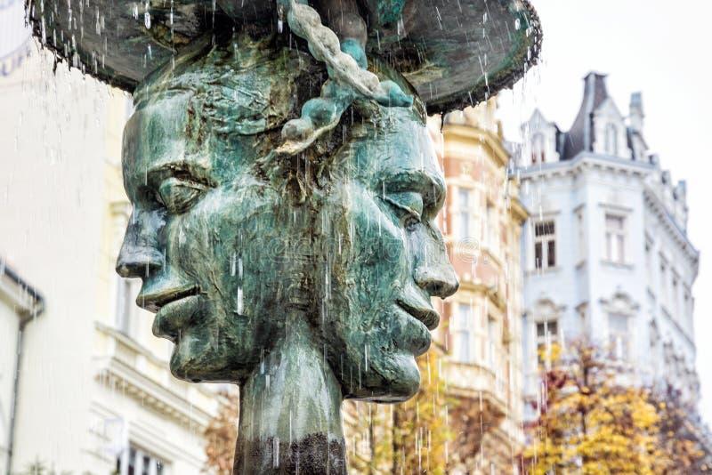 Het allegorische beeldhouwwerk en de fontein, Karlovy variëren, Tsjechische republiek Artistiek voorwerp De Bestemming van de rei stock fotografie