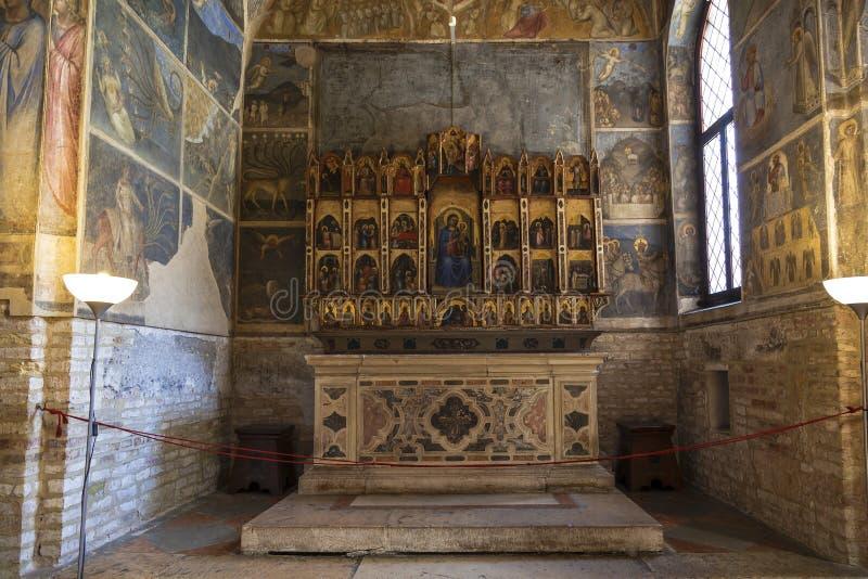 Het altaar in Baptistery in Padua, en is naast de Kathedraal van Padua, gewijd aan Dormition van Virgin, Padua stock foto
